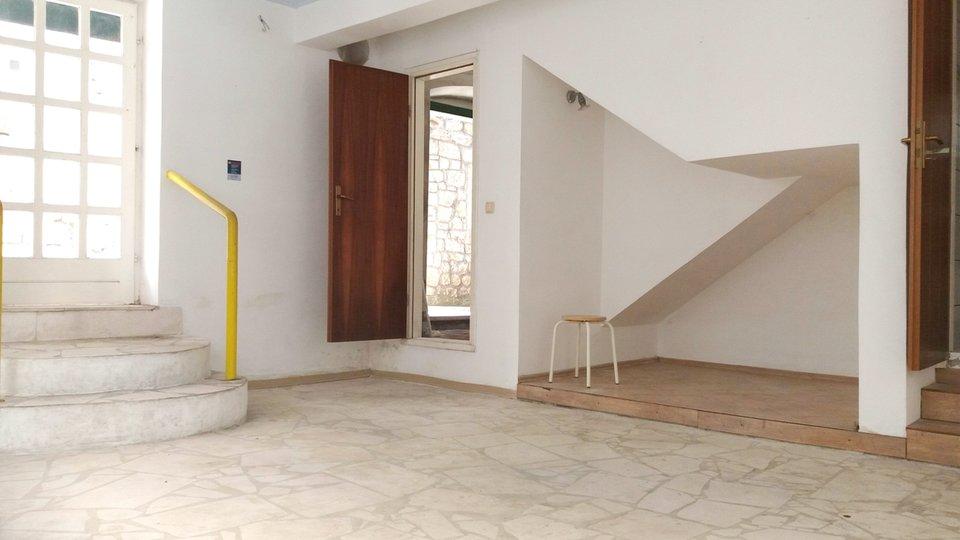 Kamena kuća - VEĆIM DIJELOM OBNOVLJENA - sa poslovnim prostorom samo 70m od mora