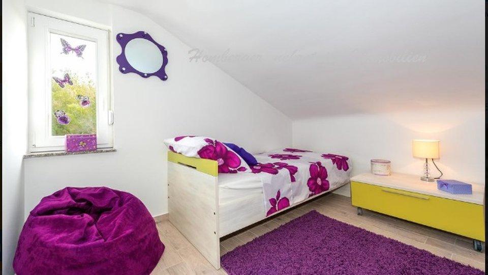 Zweigeschossige Wohnung mit drei Schlafzimmern und zwei Garagen