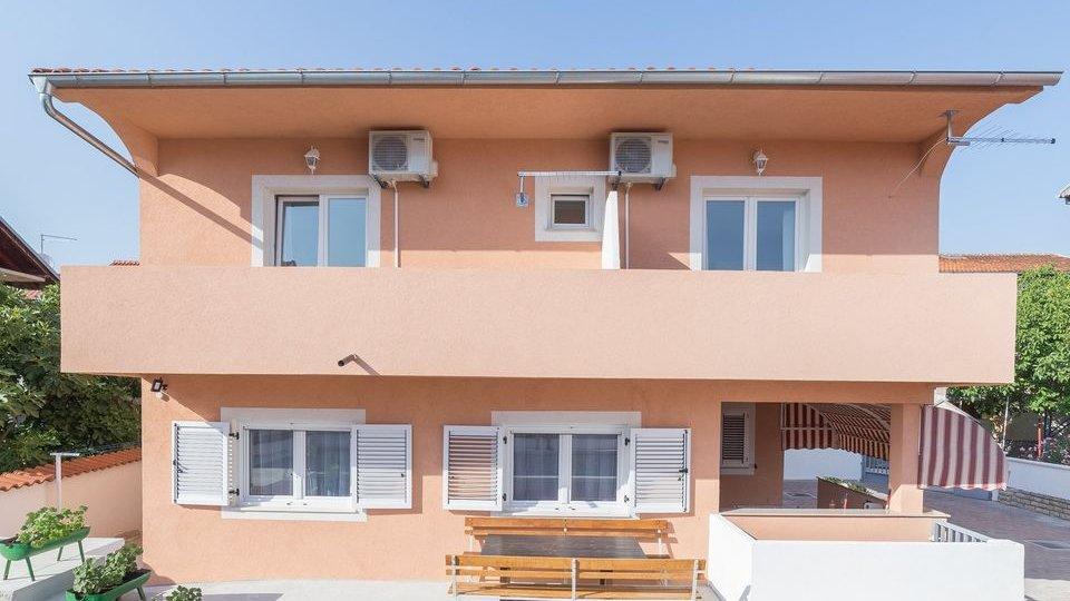 Lijepa kuća s pet apartmana, + bazen,  -idealna za iznajmljivanje,  -kompletno uređena i namještena.