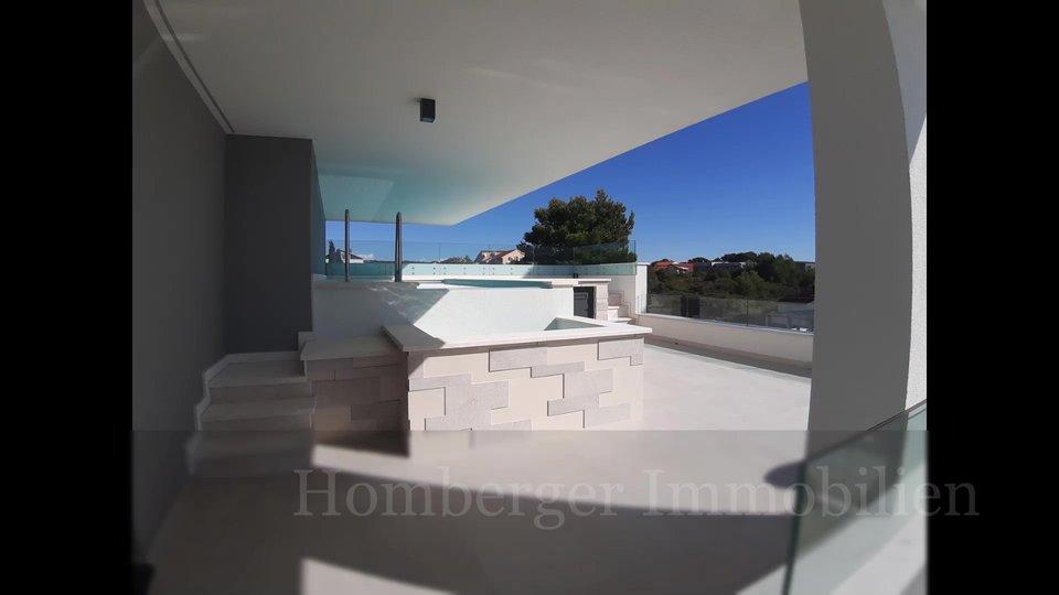 Luksuzan stan DIREKTNO NA MORU sa bazenom , vrtom, garžom ...nema ceste između zgrade i mora!