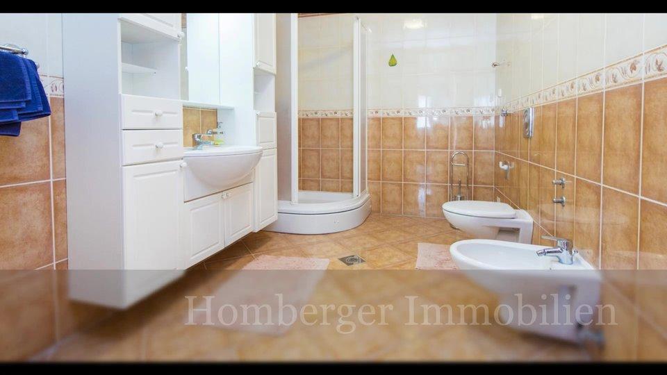 Vila PRVA DO MORA I PLAŽE sa tri trosobna stana u okolici Šibenika