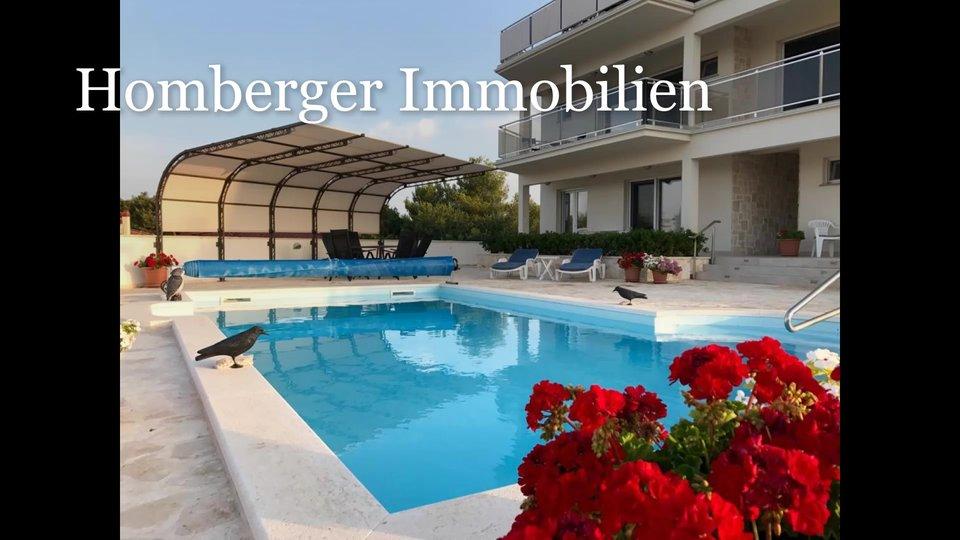 Luksuzna vila sa bazenom , LIFT  , dvije garaže , mjesto za brod ,POGLED NA MORE