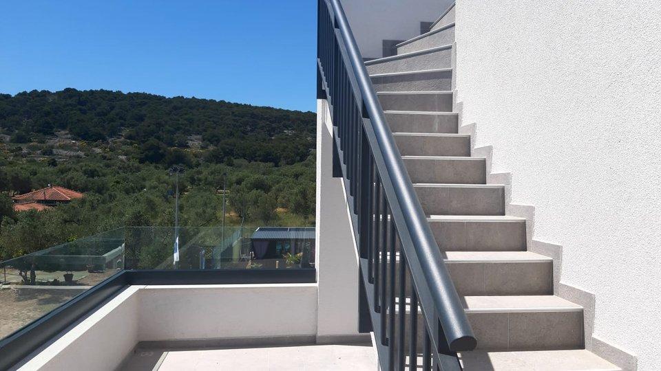 Penthaus sa krovnom terasom - Bazen- rostilj - sauna -podno grijanje