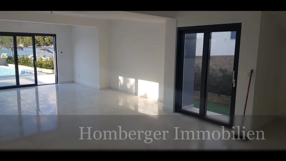 Moderne Bauweise mit geräumigen, lichtdurchfluteten Zimmern und einem wunderschönen Panoramablick in erster Reihe